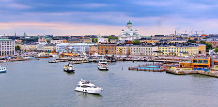 Helsinki-Stadtbild mit Dom und Marktplatz von Helsinki, Finnland Standard-Bild