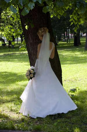 under the tree: Bride bajo un �rbol, vestido blanco, follaje
