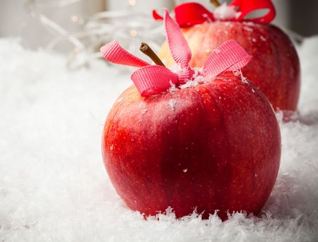 Red delicious Christmas apples resting in snow 스톡 콘텐츠