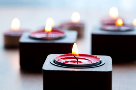 velas de navidad: Primer plano de las velas de té-luz rojas para Navidad