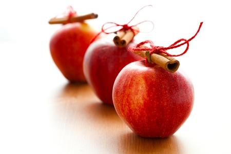 manzana roja: Primer plano de deliciosas manzanas rojas de Navidad con ramas de canela