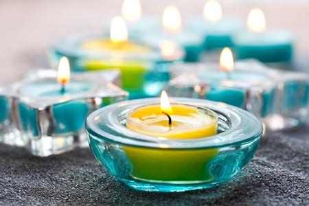 velas de navidad: Close-up de las velas de Navidad azul y amarillo en la arena de plata Foto de archivo