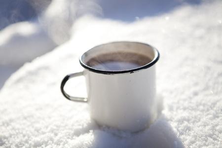 chaud froid: Tasse de chocolat chaud en plein air sur une journ�e d'hiver dans la neige