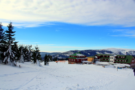 kwaśne deszcze: Przełęcz Karkonoska śnieżna widziana z Odrodzenia hostelu do granicy polsko-czeskiej. Publikacyjne