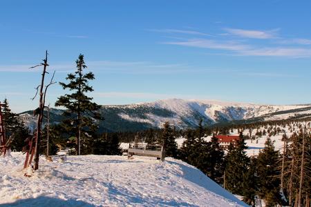 kwaśne deszcze: Przełęcz Karkonoska śnieżna widziana z Odrodzenia hostelu do granicy polsko-czeskiej. Zdjęcie Seryjne