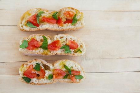 italienisches essen: Ready to italienische Bruschetta mit Tomaten und Basilikum essen