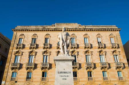 Garibaldi-Statue und alte Gebäude in Trapani, Sizilien, Italien