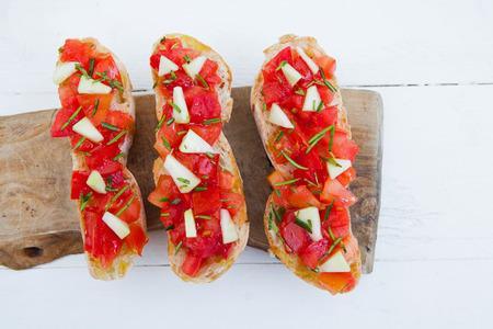 italienisches essen: Ready to italienische Bruschetta mit Tomaten und Rosmarin essen