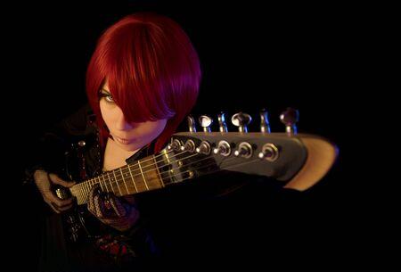 guitarra sexy: Sexy girl con guitarra, concentraci�n selectiva en cara, �ngulo alta vista
