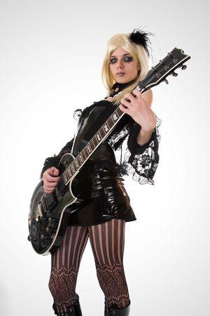 guitarra sexy: Guitarrista sexy con maquillaje art�stico, foco en la guitarra