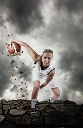 basket: Giocatore di basket in esecuzione su superficie grungy, effetto movimento reale, artistico disturbo aggiunto per azione  Archivio Fotografico