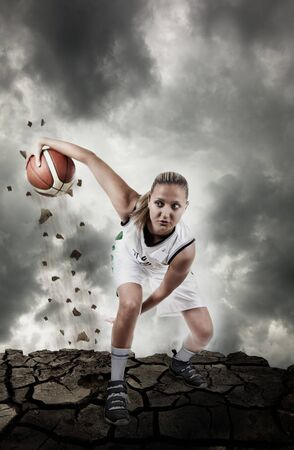 basketball girl: Jugador de baloncesto que se ejecuta en la superficie grungy, desenfoque de movimiento real, art�stica ruido agregado para la acci�n