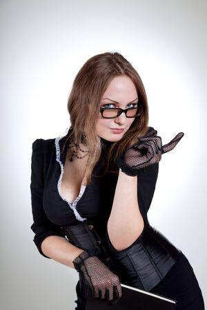 educacion sexual: Sexy joven maestro con el libro, estudio dispar� sobre fondo blanco