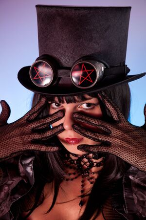 tophat: Ritratto di ragazza gotica indossando tophat con pentacles, tema di Halloween  Archivio Fotografico