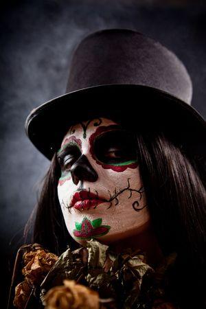 tophat: Zucchero cranio ragazza in tophat azienda Rose morte, studio shot