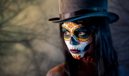 calavera: Az�car cr�neo de la muchacha en el sombrero de copa, en el bosque