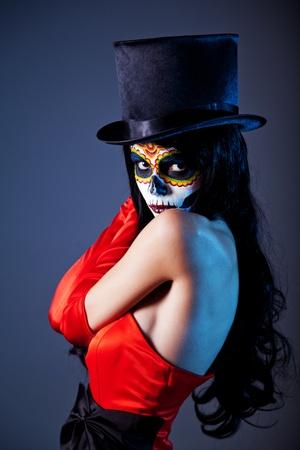 Sugar schedel meisje in tophat en rode jurk, studio shot Stockfoto