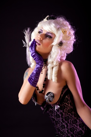 Sensuele vrouw in modieuze korset en witte Victoriaanse pruik, studio-opname