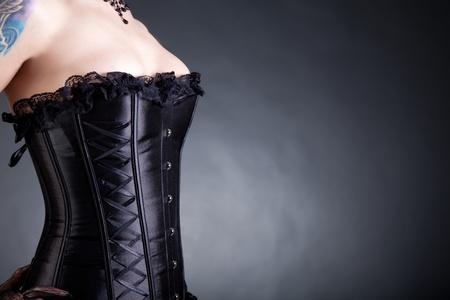 Close-up shot van de vrouw in het zwart korset, exemplaar-ruimte voor uw tekst
