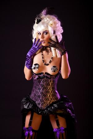Verrast vrouw in burlesque outfit, studio-opname