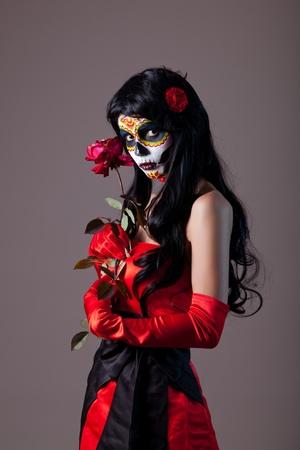 Sugar schedel meisje met rode roos, studio-opname