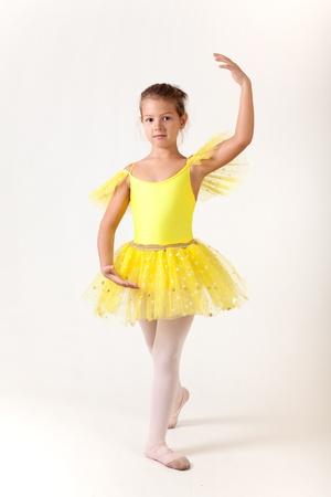 Schattig klein meisje als balletdanseres, studio geschoten op een witte achtergrond Stockfoto