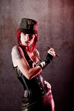Vrouw dictator gekleed in militaire kleding, grungy muur op de achtergrond