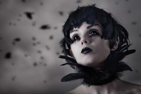 contact lenses: Crow chica con peluca de plumas y ojos negros, lentes de contacto reales y maquillaje