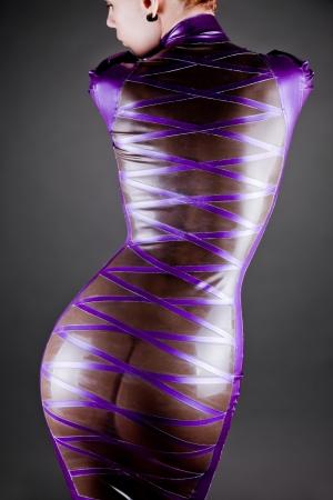 vrouw in een doorzichtige paarse latex jurk, studio-opname