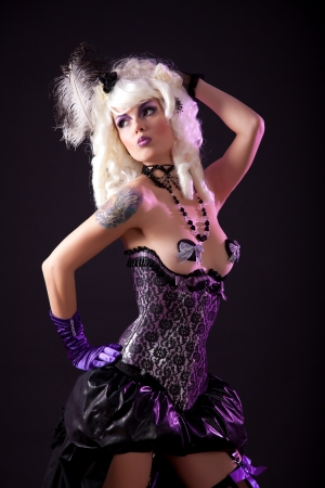 Sexy vrouw in burlesque outfit, studio-opname