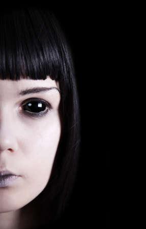 evil girl: Fantasma pallido con gli occhi neri, isolato su sfondo nero