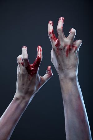 Mains de zombies rampants, extrême body-art, tourné en studio Banque d'images - 15736369