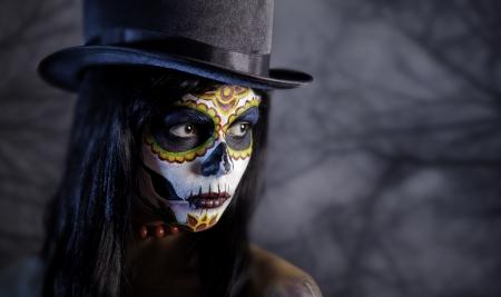 dia de muerto: Sugar chica cr�neo en tophat en el bosque, tema de Halloween