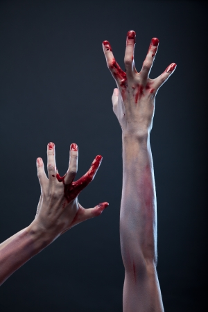 Zombie bebloede handen, grijze achtergrond