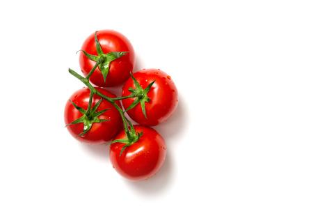 Bovenaanzicht van bos van verse tomaten op een witte achtergrond