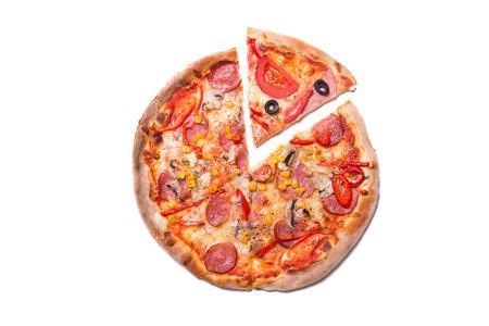 Smakelijke pizza met pepperoni met een schijfje verwijderd, bovenaanzicht op een witte achtergrond