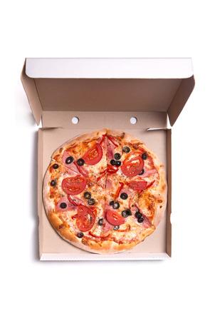 comida chatarra: Sabrosa pizza con jam�n y tomates en caja, aislado en fondo blanco