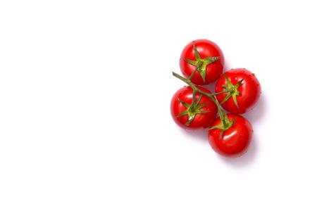 Stelletje verse tomaten, bovenaanzicht op een witte achtergrond
