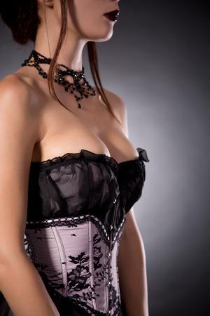 beaux seins: Busty femme en corset élégant avec motif floral, tourné en studio
