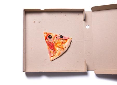 comida chatarra: Rodaja de sabrosa pizza con jamón y tomate en caja, aislado en fondo blanco