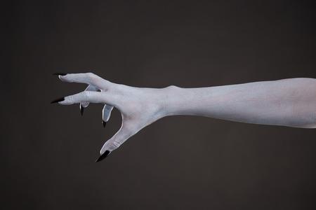 czarownica: Straszny blada skóra dłoni z czarnymi paznokciami, tatuaże na Halloween Zdjęcie Seryjne