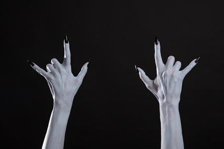 cuernos: manos monstruo blanco que muestra el signo de metal pesado, Halloween o tema de la música