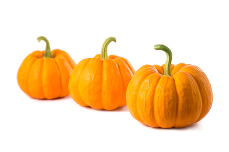 pumpkin: Fila de tres peque�as calabazas, aislado en fondo blanco Foto de archivo