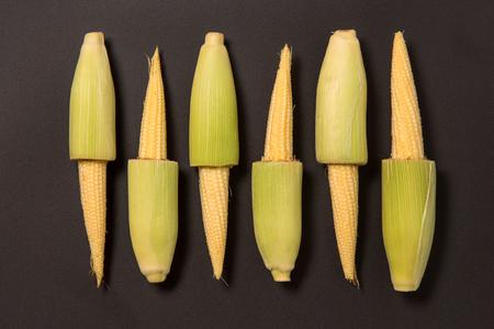 mazorca de maiz: Raw del beb� fresca callos, foto de estudio sobre fondo negro