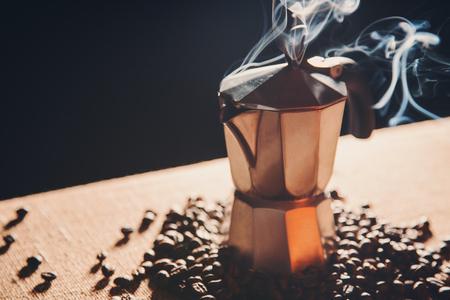 Stilleven met Italiaanse koffiezetapparaat en gebrande koffiebonen, vintage toon