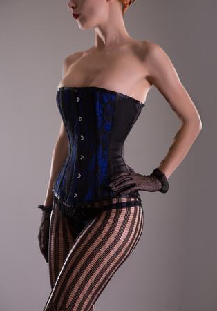 mujeres eroticas: Mujer atractiva en corsé azul y ropa interior negro, tiro del estudio Foto de archivo
