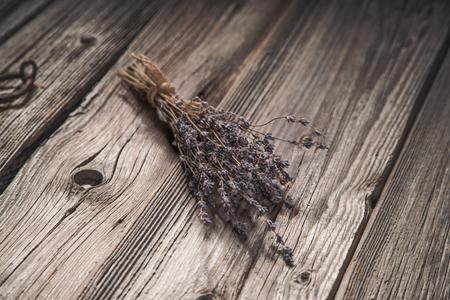 flores secas: Ramo secado de lavanda en el fondo de madera sucio, tono de época
