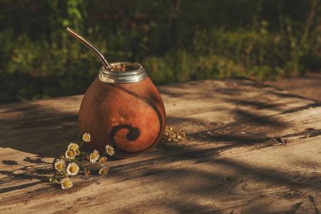 yerba mate: Argentino yerba mate bebida en Calabash con Bombilla sobre un fondo de madera