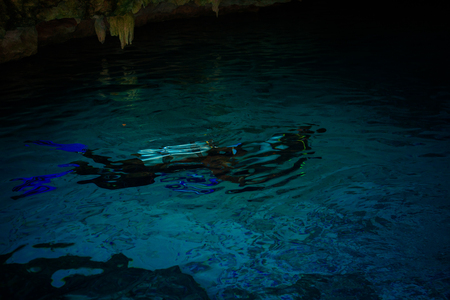 Cenote Dos Ojos with clear blue water 版權商用圖片