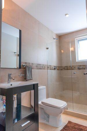El baño y el aseo en azulejos beige.